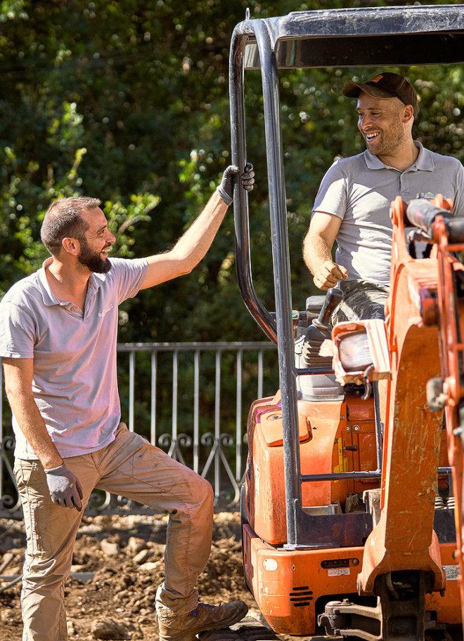 équipe de paysagistes aménagent un jardin